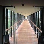 corridoio che unisce l'hotel alle piscine