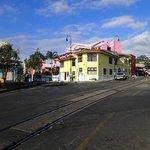 Hotel im Hintergrund(pink) und die Zuggleise
