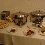 Toaster and apple cakes + sausages and frieds eggs in the pots