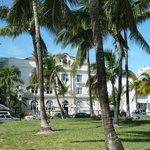 Vista dell'hotel dal parco su Ocean Drive