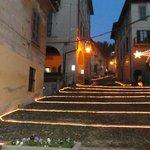 Scalinata illuminata che porta alla chiesa dell'Assunta