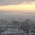 靄に包まれた新潟市内。ホテル日航新潟より