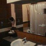ห้องน้ำ มีอ่างอาบน้ำด้วย ปรับแสงไฟให้สลัวๆ ได้