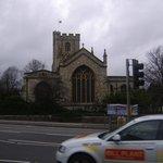 la Chiesa di All Saint di Fulham di fronte al Premier Inn