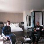 stanza con letto e poltrone