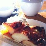 アップルパイとポットサービスの紅茶。