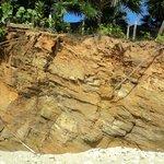 La falaise près au pied d'une partie de la plage, très impressionnante la terre comprimée.