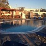 la piscina con angolo bar adiacente
