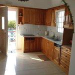 la cucina con angolo cottura della camera provvista di terrazzino