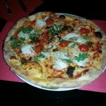 Pizza mit Buffalo Mozzarella , Parmesan ,Rucola, Peperocini und Steinpilze