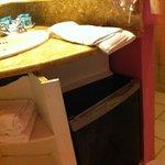 frigobar no banheiro com móvel adaptado sem acabamento