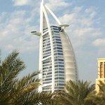 Hotel burj al arab, en forme de voile de bateau, avec heliport dans le vide. impressionant !