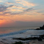 vista del tempio Tanah Lot al tramonto