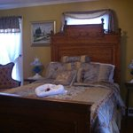 Queen size bed in the Solomon Bell Room