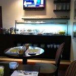 colazione. area con cibo salato e frutta