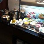buffet colazione con cibi salati