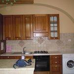 la cucina completa dell'appartamento