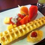 Frugt og kage fra morgenmad buffeten