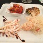 Calamari arrostiti, gamberi in pasta kataifi, strudel di pesce con scarola e provola, polpo in u