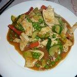 Pollo, porri, piselli, zucchine e peperoni, in salsa curry, alla Wok