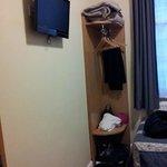 TV LCD e piccolo angolo guardaroba
