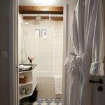 The Silk room - bathroom with rain shower/bath combination