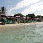 朝のビーチは満ち潮で人もまばら