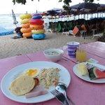 朝食はビーチでビッフェスタイル