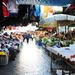 Le vie di Ballarò durante il mercato