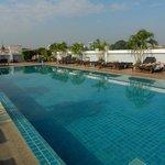 Pool auf der linken Seite des Hotels