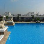 Pool auf der rechten Seite des Hotels