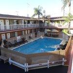 Entrada a las habitaciones y piscina
