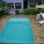 A piscina é grande e bem centralizada, porém não há grades de proteção.