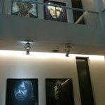 telas feitas com materias diversos dao aos corredores e hall, um ar moderno