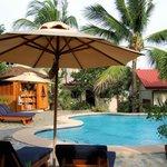 Met uitzicht op toko & zwembad,rechts op de foto de ingang van het restaurant