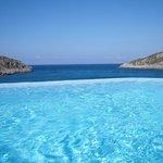 zeezicht vanuit infinity pool