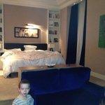 основная комната имеет большую кровать и теле зона