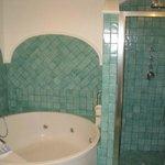 Banheiro com banheira de hidro