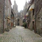 Cathédrale Saint-Samson de Dol-de-Bretagne - rue pavée aux alentours