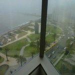 Vista desde la habitación en el piso 19 en un día un poco nublado