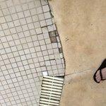 Azulejos soltos e quebrados na piscina