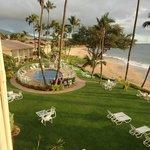 Gramado e piscina do hotel e a praia ao fundo