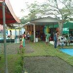 parque de diversionnes y restaurante ofrece variedad de juegos, incluyendo infalables y pisina