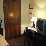 Habitación individual. TV algo antigua
