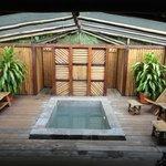 Relajate en esta piscina de agua fresca viendo las estrellas y disfrutando de los sonidos de la