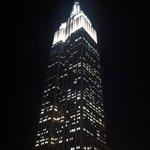 voici l'empire state building depuis la terrace de l'hôtel
