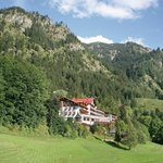 Hotelgebäude vor dem Berg Iseler