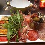 assortissement de charcuterie italienne légumes grillés