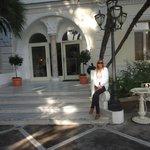 En la entrada del hotel