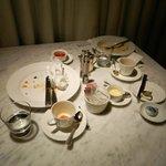 入った時からずっと放置された 空食器の置かれたテーブル